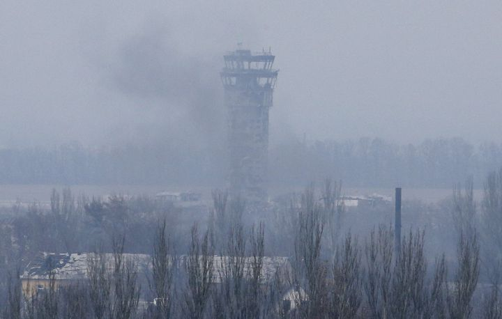 Une colonne de fumée s'échappe de l'aéroport de Donetsk (Ukraine), le 12 novembre 2014. ( MAXIM ZMEYEV / REUTERS )