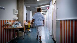 Une infirmière dans les couloirs de l'unité Covid-19 à l'hôpital de Liège (Indre-et-Loire), le 13 novembre 2020. (MARTIN BERTRAND / HANS LUCAS / AFP)