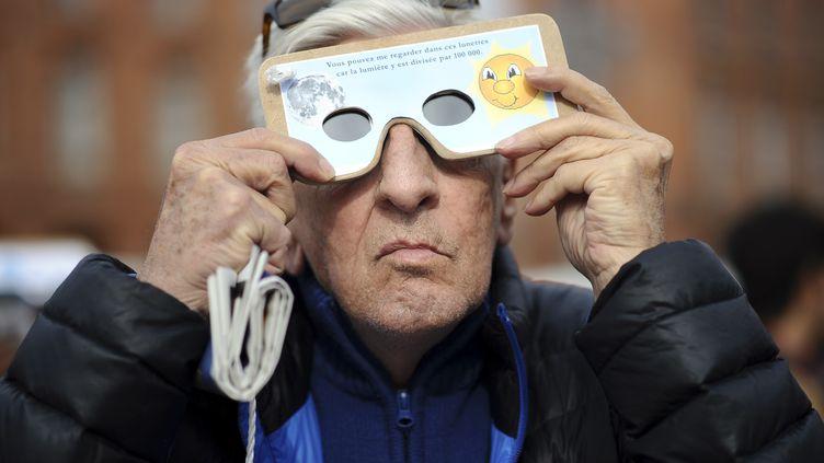 Un homme regardant l'éclipse solaire du 20 mars 2015 à Toulouse (Haute-Garonne). (REMY GABALDA / AFP)