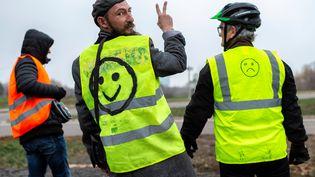 """Des """"gilets jaunes"""" manifestent sur la nationale 70, àMontceau-les-Mines (Saône-et-Loire), le 23 novembre 2018. (ROMAIN LAFABREGUE / AFP)"""