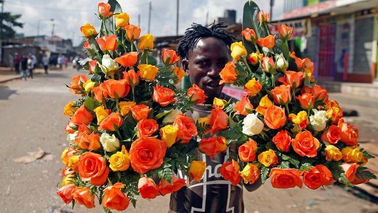 Un vendeur de fleurs à Nairobi au Kenya, le 28 octobre 2017. (REUTERS - THOMAS MUKOYA / X90150)