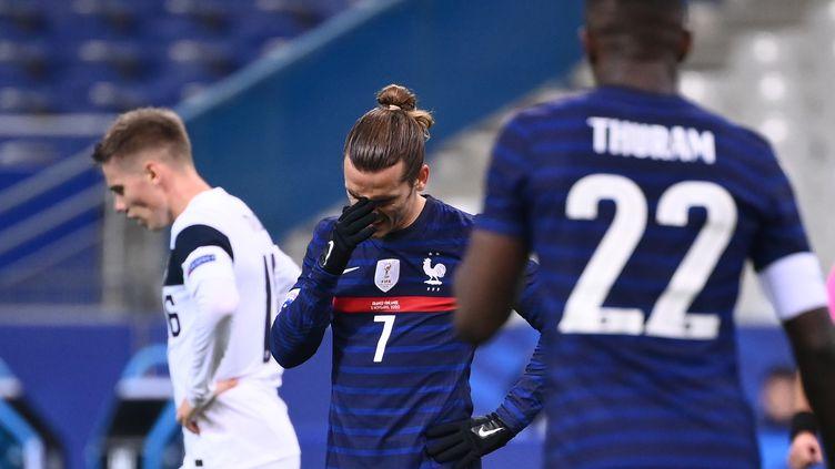 Antoine Griezmann réagit après avoir manqué une occasion de but lors du match amical de football entre la France et la Finlande au Stade de France à Saint-Denis, le 11 novembre 2020. (FRANCK FIFE / AFP)