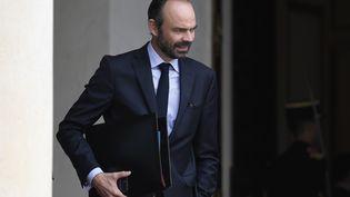 Le Premier ministre, Edouard Philippe, sort du palais de l'Elysée à Paris, le 2 août 2017. (STEPHANE DE SAKUTIN / AFP)