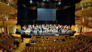 """Le chef d'orchestrePierre Dumoussaud dirige les musiciens de l'Opéra national de Bordeaux (Gironde), lors de l'enregistrement, le 5 novembre 2020, de """"Pelléas et Mélisande"""", une œuvre de Claude Debussy. (MEHDI FEDOUACH / AFP)"""