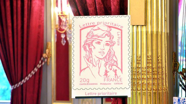 Le nouveau timbre Marianne a été dévoilé par François Hollande, à l'Elysée, à Paris, le 14 juillet 2013. (MAXPPP)