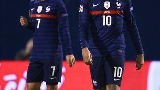 Les joueurs de l'équipe de France Kylian Mbappé et Antoine Griezmann lors du match contre la Croatie le 14 octobre 2020, à Zagreb. (FRANCK FIFE / AFP)