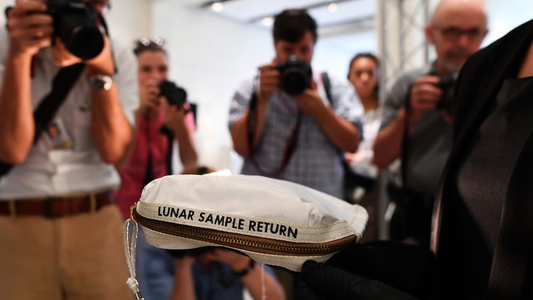Une pochette utilisée par l'astronaute Neil Armstrong pour ranger les premiers échantillons lunaires jamais ramassés par l'homme, présenté le 13 juillet 2017, à New York (Etats-Unis) à l'occasion de sa vente aux enchères par Sotheby's. (JEWEL SAMAD / AFP)