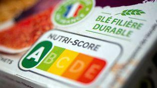 Un emballage alimentaire fait mention du Nutri-Score, le 19 octobre 2021 (illutration). (BRUNO LEVESQUE / MAXPPP)