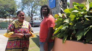 Josée Kondolo et Hervé Tein Taoua devant la mairie de Kaala Gomen en Nouvelle-Calédonie. (ELISE LAMBERT/FRANCEINFO)