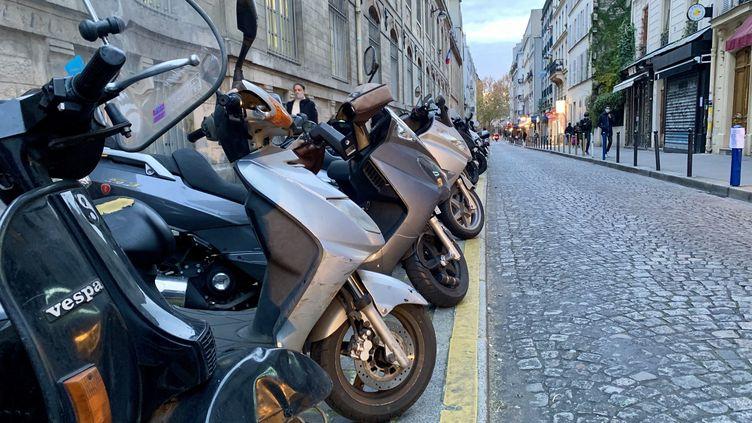 Des deux-roues stationnés à Paris. (SÉBASTIEN SABIRON / RADIOFRANCE)
