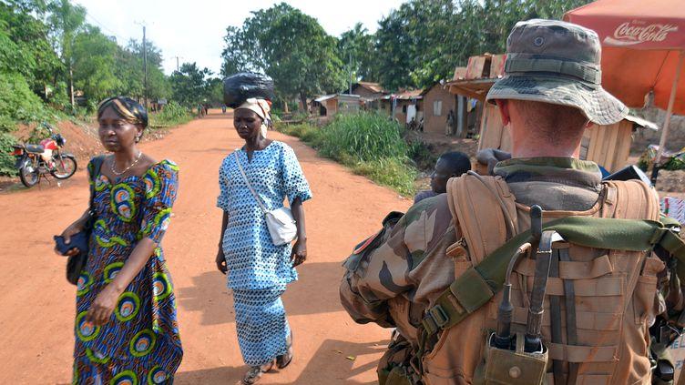 Des femmes passent à côté d'un soldat français de la mission Sangaris à Bangui, en Centrafrique, le 20 mai 2015. (PATRICK FORT / AFP)