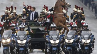 Sur les Champs-Elysées, cecheval de la Garde républicaine a manifestement décidé de ne pas suivre à lettre le protocole. (MICHEL EULER / AFP)