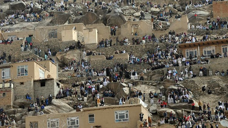 La foule regarde en direction du sanctuaire de Kart-e-Sakhi.  (AFP PHOTO / Aref KARIMI)