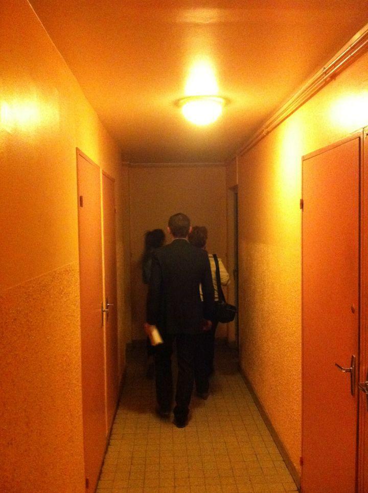 Olivier Dussopt et sa suppléante en train de faire du porte-à-porte dans le quartier des Goules. (ST)