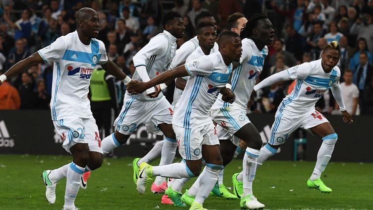 Les joueurs marseillais exultent après leur écrasante victoire à domicile face à Saint-Etienne (4-0) lors de la 33e journée de Ligue 1. (ANNE-CHRISTINE POUJOULAT / AFP)