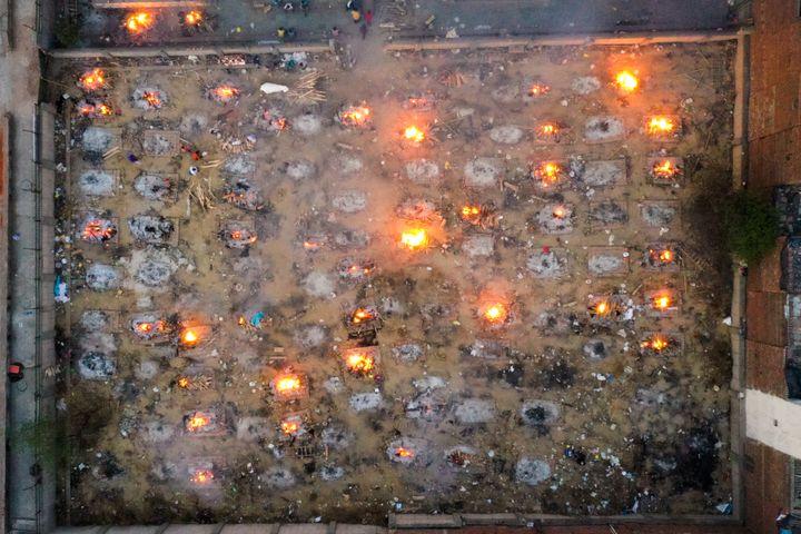 Des corps sont incinérés dans un crématorium à New Delhi, en Inde, le 26 avril 2021. (JEWEL SAMAD / AFP)