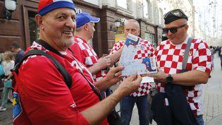 Des supporters croates avec des billets pour la finale de la Coupe du monde 2018, dimanche 15 juillet contre la France (MAXIM ZMEYEV / AFP)