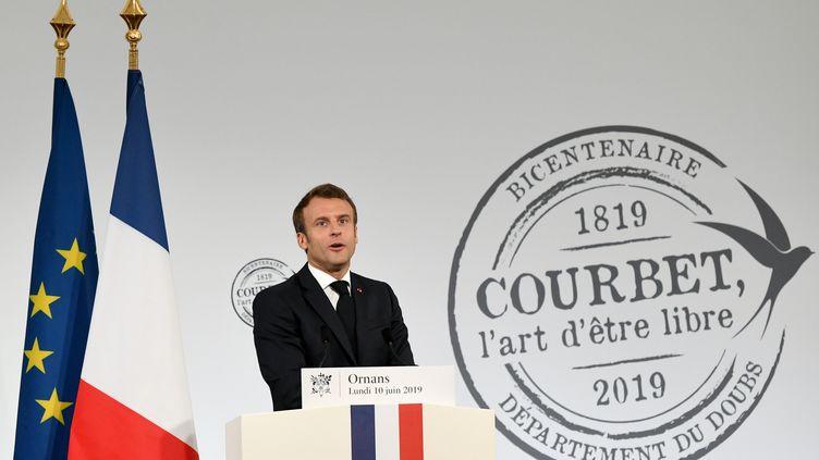 Emmanuel Macron s'exprime à l'occasion des célébrations du bicentenaire de la naissance de Gustave Courbet, le 10 juin 2019 à Ornans (SEBASTIEN BOZON / AFP)