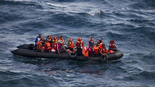 Des migrants arrivent, en bateau, sur l'île de Lesbos (Grèce), le 30 septembre 2015. (DIMITRIS MICHALAKIS / REUTERS)