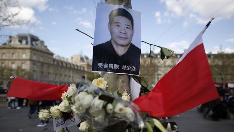 Leportrait de Shaoyao Liu lors d'une manifestation pour protester contre sa mort, place de la République à Paris, le 26 mars 2017. (BENJAMIN CREMEL / AFP)
