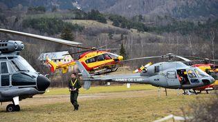 Des hélicoptères mobilisés après le crash d'un Airbus A320 de la compagnie Germanwings àSeyne-les-Alpes (Alpes-de-Haute-Provence), le 24 mars 2015. (ANNE-CHRISTINE POUJOULAT / AFP)