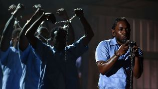 Kendrick Lamar est arrivé enchaîné pour sa performanceaux 58e Grammy Awards, lundi 15 février 2016.  (SIPANY/SIPA)