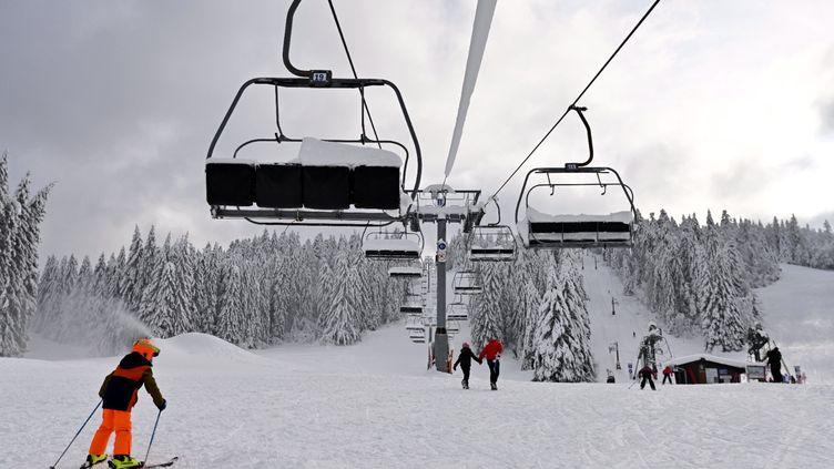 Un enfant, élève de l'Ecole Française de ski, pratique le ski alpin et passe sous des remontées mécaniques à l'arrêt sur le domaine skiable alpin de La Chaume Francis (Vosges). (PHOTOPQR/L'EST REPUBLICAIN/MAXPPP)