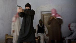 Entraînement d'un groupe de nouveaux combattants islamistes, à Mattani (Pakistan), le 22 décembre 2009. (VERONIQUE DE VIGUERIE / GETTY IMAGES)