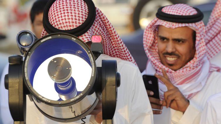 Des Saoudiens utilisent un téléscope pour observer la nouvelle lune du ramadan le 19 juillet 2012 à Taif (Arabie saoudite). (AMER HILABI / AFP)