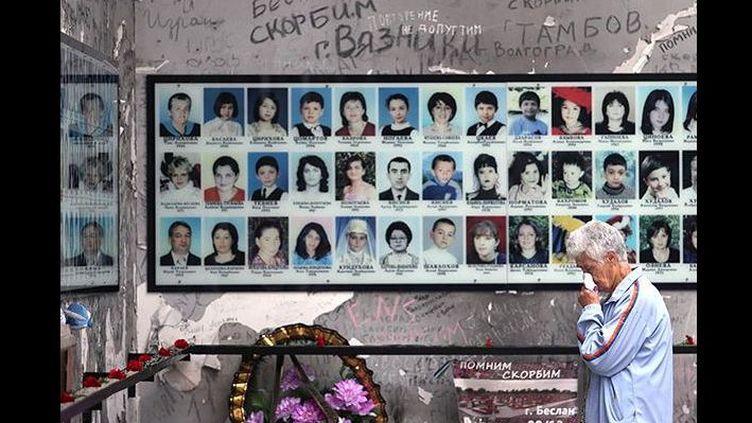 «Onze ans après, à Beslan #Беслан, Ossétie du Nord, le 1er septembre reste pour de nombreux enfants le premier et le dernier jour d'école», tweete @ZhuravlevSergey    (Twitter)