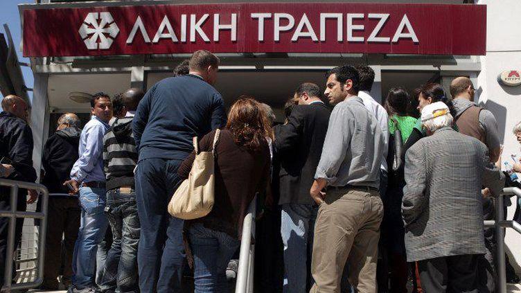 Le 28 mars 2013, des clients attendent l'ouverture de leur banque après 12 jours de fermeture. (AFP)