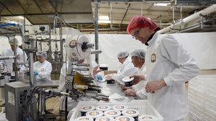 Des salariés travaillent dans une usine de Carcasonne (Aude), le 22 avril 2014. (REMY GABALDA / AFP)