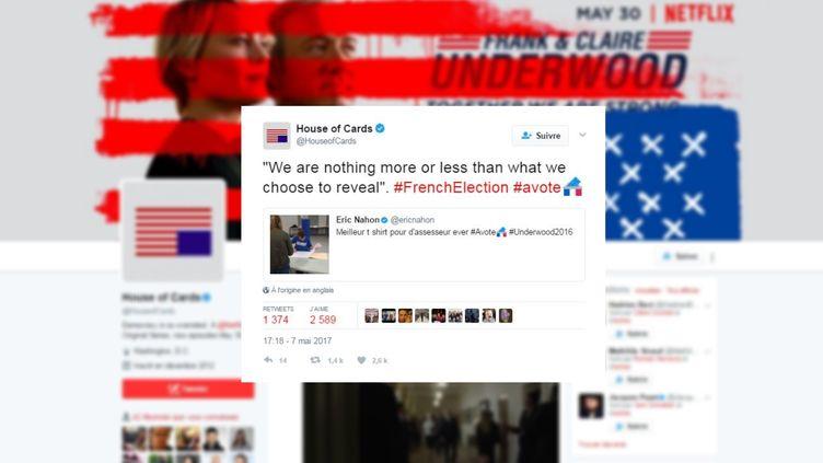 """Le tee-shirt """"Underwood 2016"""" porté par l'assesseur d'un bureau de vote parisien, le 7 mai 2017, aété remarqué par la série """"House of Cards"""" sur Twitter. (HOUSE OF CARDS / TWITTER)"""
