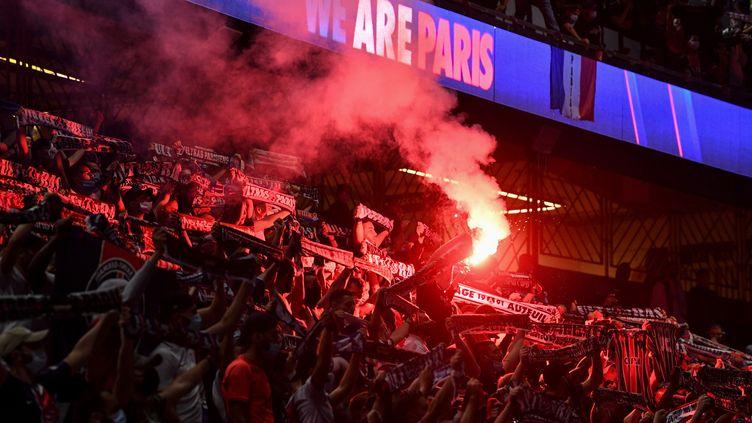 Des supporters du PSG, le 23 août 2020 au Parc des Princes, à Paris. (ALAIN JOCARD / AFP)