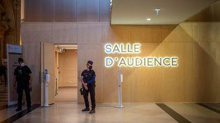"""La salle d'audience """"grand procès"""", construite pour le procès du 13-Novembre, dans la salle des pas perdus du palais de justice de Paris, le 6 septembre 2021. (CARINE SCHMITT / HANS LUCAS / AFP)"""
