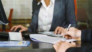 Des dossiers signés sur un bureau. (Photo d'illustration) (MAXPPP)