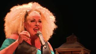 """L'excentrique diva Marianne James sur la scène du théâtre de La Grande Comédie à Paris, dans son spectacle musical pour petits et grands : """"Tatie Jambon"""".  (Culturebox - capture d'écran)"""