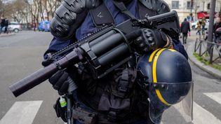 Un CRS équipé d'un Penn Arms, un modèle de lanceur de balles de défense, lors d'une manifestation à Paris, le 3 mars 2020. (UGO PADOVANI / HANS LUCAS / AFP)