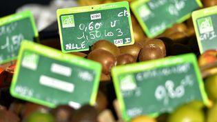 Selon l'étude de l'Agence Bio,84% des Français pensent que les produits bio sont trop chers (illustration). (LOIC VENANCE / AFP)