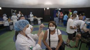 Unesoignanteprépare une dose du vaccin contre le Covid-19 CoronaVac à Rio de Janeiro, le 31 mars 2021. Photo d'illustration. (MAURO PIMENTEL / AFP)