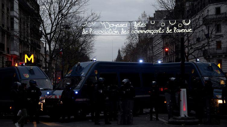 Les forces de l'ordre bloquent l'avenue du Général Leclerc, à Paris, le 10 décembre 2019. (AURORE MESENGE / AFP)