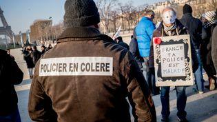 Une centaine de policiers ontdéfilé du Champ-de-Mars aux Invalides à Paris, jeudi 27 janvier. (SIMON GUILLEMIN / HANS LUCAS / AFP)
