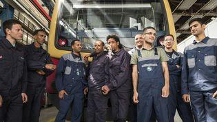 Des réfugiés engagés comme apprentis par la Deutsche Bahn ke 20 mai 2016 à Berlin (Allemagne). (JOHN MACDOUGALL / AFP)