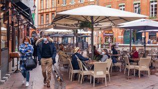 Des clients à la terrasse d'un café, à Toulouse (Haute-Garonne), le 21 août 2020. (JEAN-MARC BARRERE / HANS LUCAS / AFP)