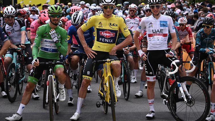 Julian Alaphilippe (en vert), Mathieu van der Poel (en jaune) et Tadej Pogacar (en blanc) lors de la troisième étape du Tour de France 2021. (ANNE-CHRISTINE POUJOULAT / AFP)