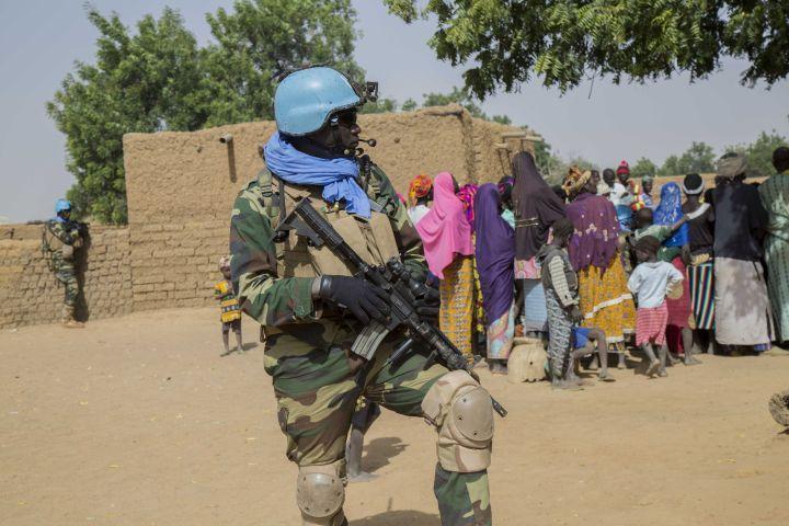 Un casque bleu sénégalais sécurise une rencontre avec la population à Koro, dans la région de Mopti, le 18 décembre 2018. (UN/photo)