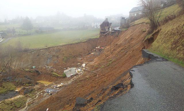 La route effondrée près du hameau d'Aranou, sur la commune de Gazost (Hautes-Pyrénées), le 2 mars 2015. ( RÉGIS COTHIAS / FRANCE 3 MIDI-PYRÉNÉES)