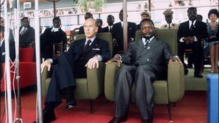 Au temps de l'amitié, Valéry Giscard d'Estaing et Jean-Bedel Bokassa, président de la République centrafricaine, assistent le 5 mars 1975 à une cérémonie à Bangui. Le président français y était en visite officielle. (- / AFP)