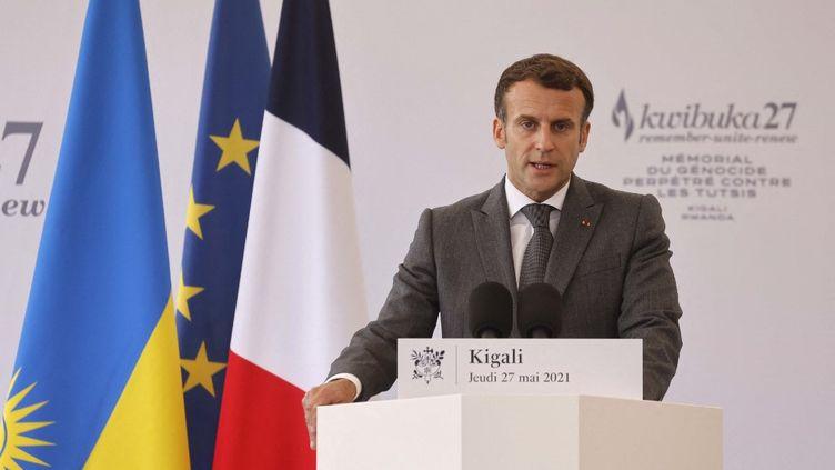 Emmanuel Macron prononce un discours lors d'une visite au Mémorial du génocide perpétré contre les Tutsi, le 27 mai 2021 à Kigali (Rwanda). (LUDOVIC MARIN / AFP)