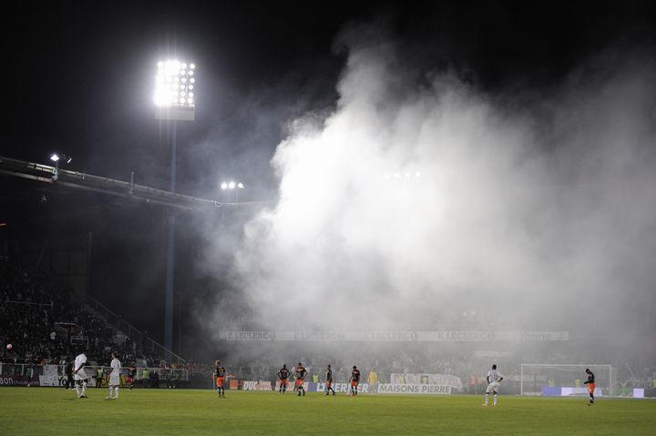 Les joueurs du match Auxerre-Montpellier lors de la seconde interruption du match, à cause d'un fumigène, le 20 mai 2012, à Auxerre. (JEFF PACHOUD / AFP)